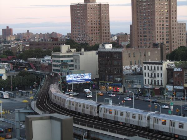 Der Williamsburg Broadway  unter der aufgeständerten U-Bahn 2010 (eigenes Foto)