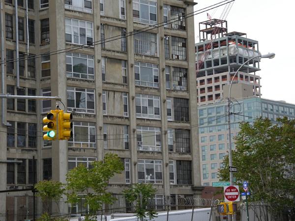 Alte und neue Lofts an der Kent Avenue 2005 (eigenes Foto)