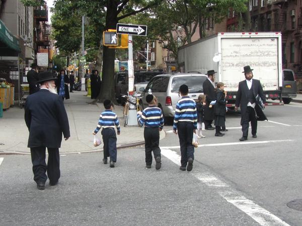 Straßenszene im orthodox-jüdischen Teil von Williamsburg 2012 (eigenes Foto)