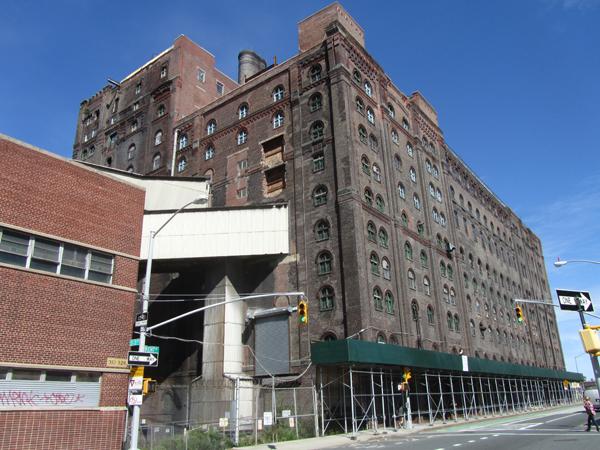 Die Domino Sugar Raffinerie steht bis heute leer. Eigenes Foto 2012