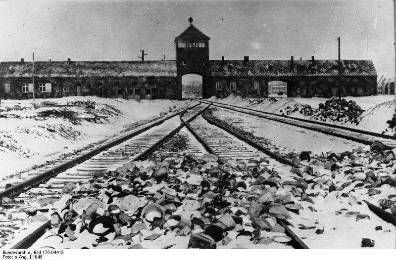 KZ Auschwitz, Einfahrt (Quelle: Deutsches Bundesarchiv)