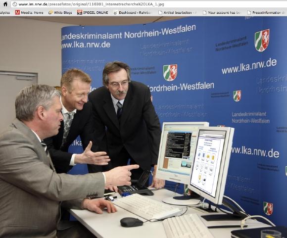 NRW-Innenminister Ralf Jäger (SPD) informiert sich über die Preise von illegalem Viagra aus dem Internet (Bildnachweis: Pressefoto Innenministerium NRW)