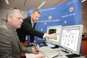 NRW-Innenminister Ralf Jäger (SPD) informiert sich über die Preise von illegalem Viagra aus dem Internet (Bildnachweis: Pressefoto Innenministerium NRW / 01.03.2011)