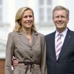 Der Nassauer Christian Wulff mit seiner Frau Bettina vor seinem bald Ex-Arbeitsplatz