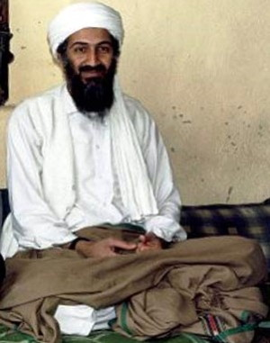 Osama bin Laden Foto: Hamid Mir interviewing Osama bin Laden.jpg: Abdul Rahman bin Laden (son of Osama bin Laden) took the photo and released it to Hamid Mir, a Pakistani news reporter at the time. Lizenz: CC