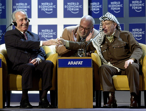 Der israelische Staatspräsident Schimon Peres mit der fatah-Ikone Jassir Arafat in Davos 2001. Foto: (CC BY-SA 2.0)  flickr/ World Economic Forum