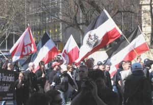 Schwarz-Weiß-Rot ist auch bei Neonazis beliebt: Demonstration der NPD-Jugend in München. Foto: Wikipedia/Rufus46