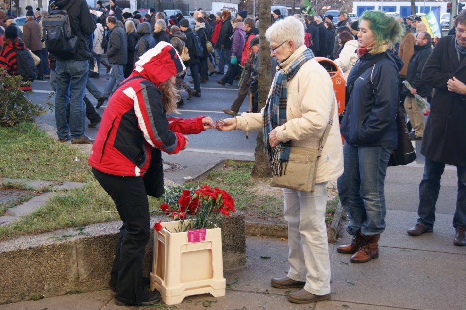Eine Nelke für Rosa und Karl: Traditionspflege auf der LL-Demo 2012, Foto: Martin Niewendick
