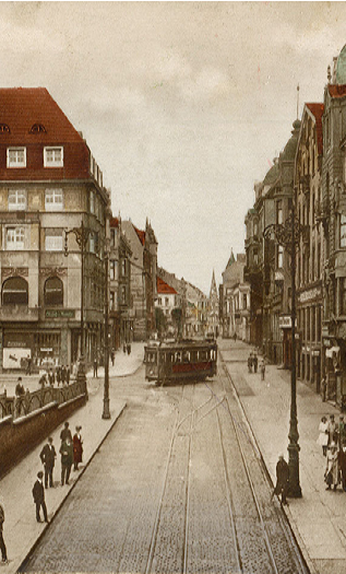 Ehemalige Bahnhofstraße mit Handelshof (links im Bild) um die Jahrhundertwende
