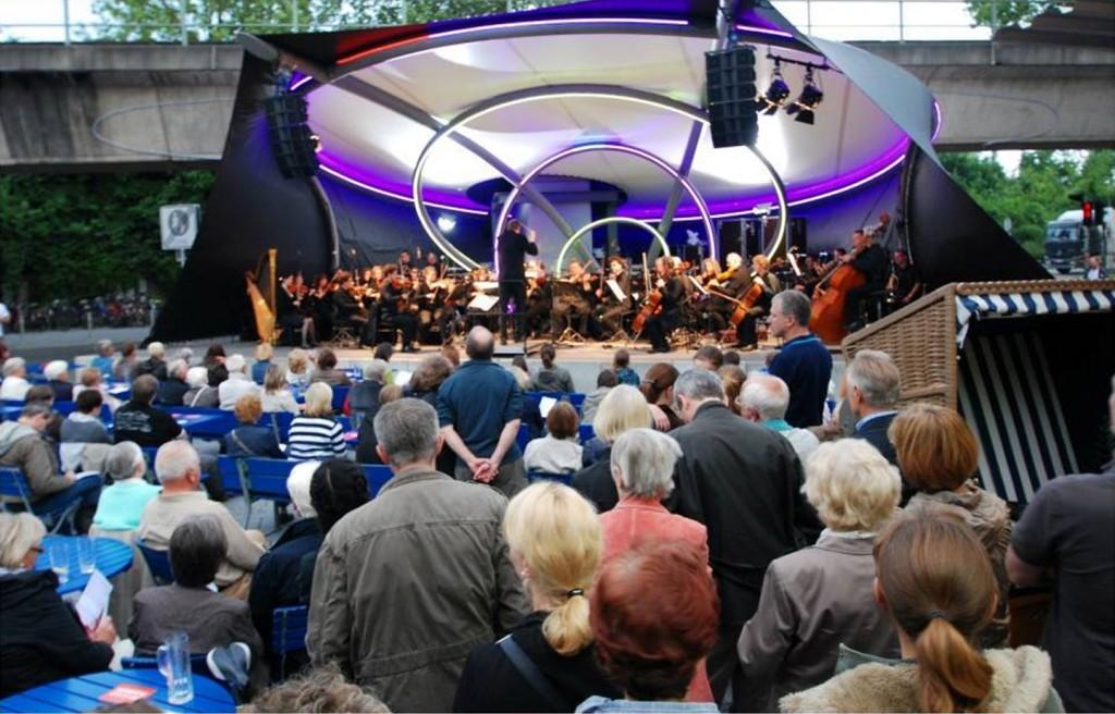 Die neue gestaltete Bühne auf dem Konrad-Adenauer-Platz