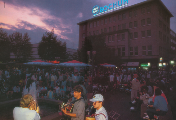 Der Konrad-Adenauer-Platz im Jahre 1985, im Vordergrund Markus Gloria an der Gitarre
