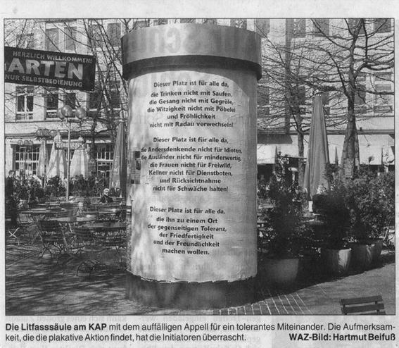 """Die Litfasssäule mit der """"Bermuda-Verfassung"""" // Quelle: Zeitungsausschnitt aus der WAZ. Bild: Hartmut Beifuß"""