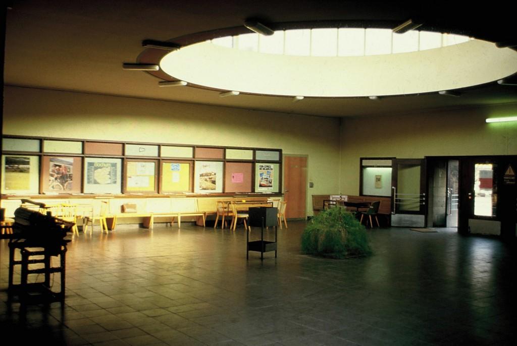 Die Wartehalle des ehemaligen Hauptbahnhofs mit dem kreisrunden Oberlicht bevor sie dem Verfall Preis gegeben wurde