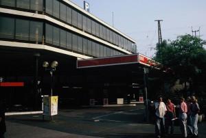 Die ehemalige Tankstelle direkt am Konrad Adenauer Platz