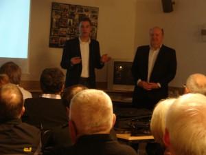 Dr. Thomas Krämerkämper (links)  am Donnerstag in Castrop-Rauxel. Foto: Robin Patzwaldt