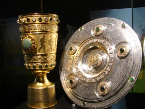 DFB-Pokal und Meisterschale. Foto: Robin Patzwaldt