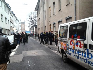 Polizei vor dem Flüchtlingsheim in Köln Ehrenfeld. Foto: Strassenstriche.net