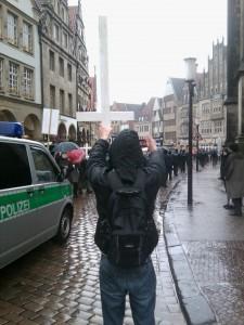 Hier kam von linker Seite komischerweise kein Verweis auf zu respektierende religiöse Gefühle: Protest gegen den 1000 Kreuze Marsch in Münster.
