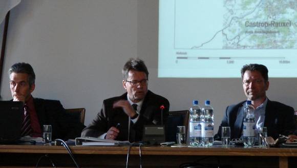 Anwalt XXX (mitte) und Stadtplaner Andreas Scheiba (rechts). Foto: Robin Patzwaldt