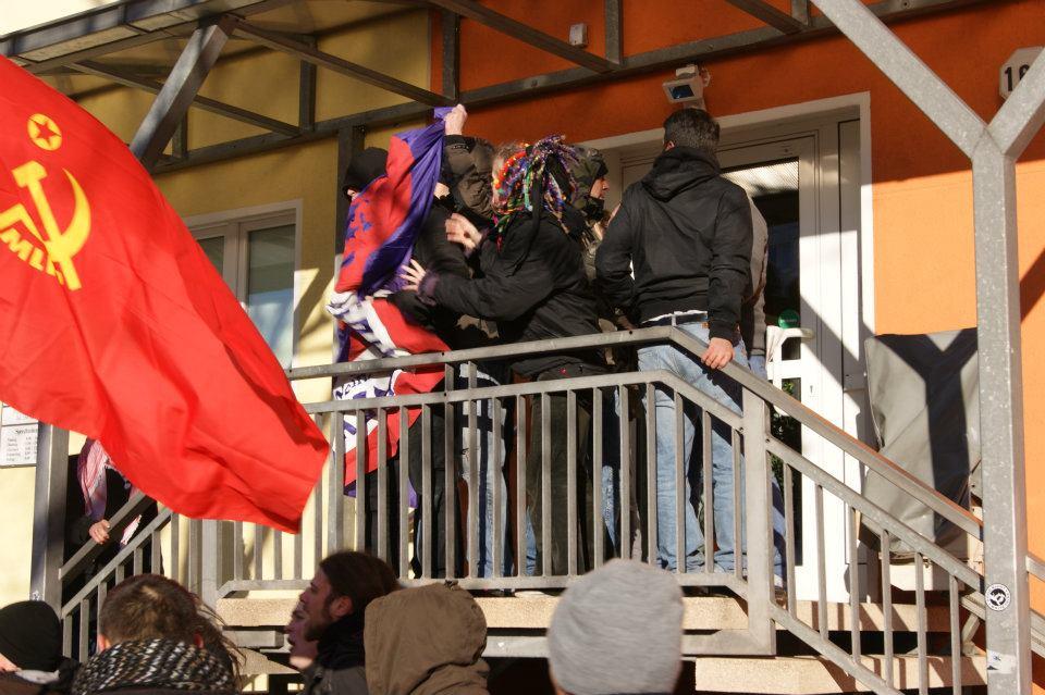 junge Welt-Fans in Aktion: Mitglieder der Luxemburg-Liebknecht-Demonstration 2012 greifen Kritiker an.