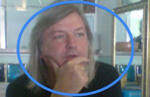 Im blauen Kreis: Jürgen Elsässer