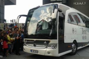 In Düsseldorf war der Bus der Löw-Truppe gestern umlagert. Foto: Sylvia Heimes