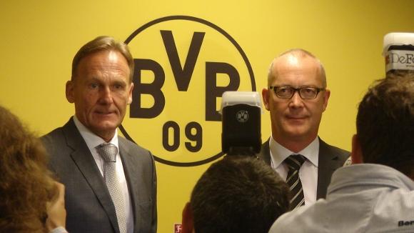 Aki Watzke und Thomas Tress (rechts) bei der Bilanpressekonferenz des BVB im August 2014. Foto: Robin Patzwaldt