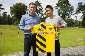 Shinji Kagawa und Sportdirektor Michael Zorc heute in Dortmund. Foto: BVB