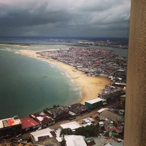 Blick auf Strand und Slum der Hauptstadt Monrovia (Foto: Tobias Huch)