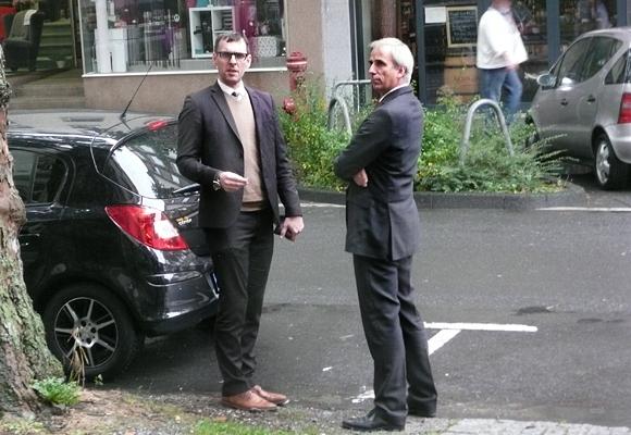 Der Angeklagte Dirk Neupert ( ENVIO) beriet sich gestern in der Prozesspause mit seinem Anwalt