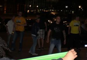 Lukas B. (links im Bild mit Flasche in der Hand) am Wahlabend.