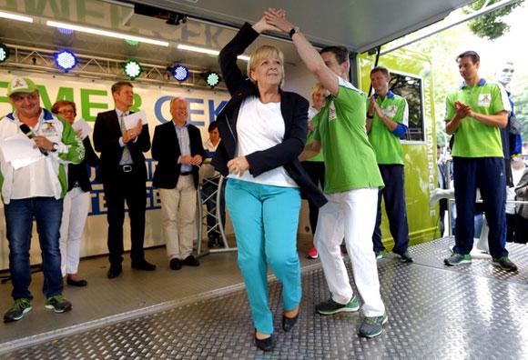 Hannelore Kraft - tanzend.  Foto: Staatskanzlei Nordrhein-Westfalen / Foto: Ralph Sondermann