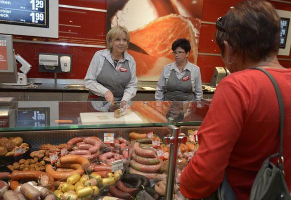 Teure Hilfsarbeit am Wurstschalter Foto: Staatskanzlei Nordrhein-Westfalen / Roberto Pfeil