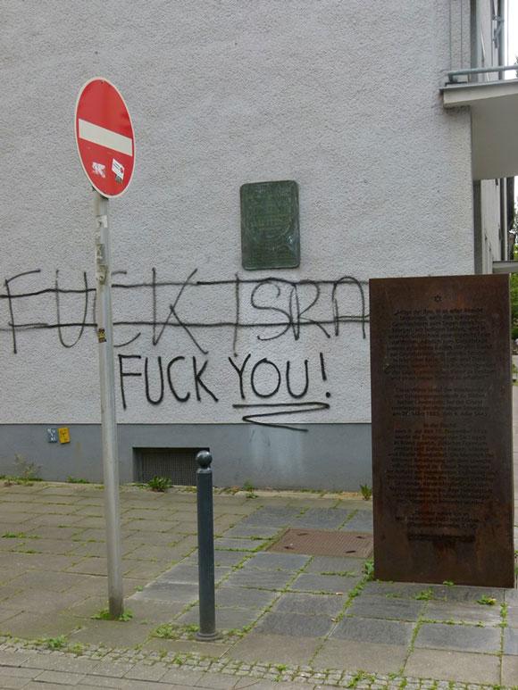 """""""Fuck Israel"""" an der Synagogenstraße, neben der Shoa-Gedenktafel."""