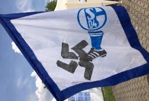Schalker Fans zeigen Flagge. Foto: Michael Kamps