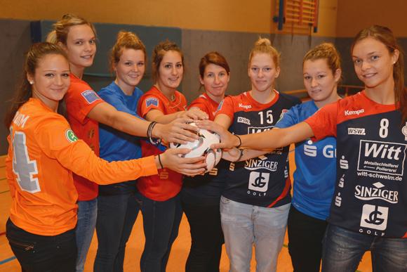 Die Frauen des Handballzweitligisten TV Bayeröhde gemeinsam mit den Zweitligafußballerinnen des VfL Bochum (Bild: Mirko Kappes/footograph.net)