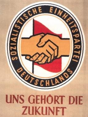 """Stets zukunftsorientiert und humorvoll: die """"DDR"""". Ein Land in dem es Wahlplakate aber keine Wahlen gab."""