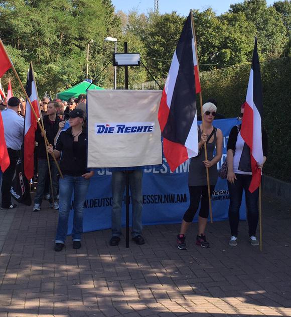 """Vom Baumarkt auf die Straße: Die Standarte der Nazipartei """"Die Rechte"""""""