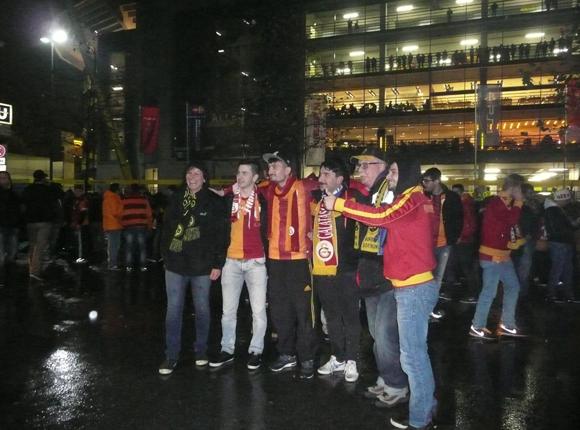 Vereinte Fans von Borussia Dortmund und Galatasaray Istanbul vor dem Stadion