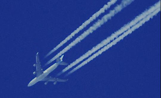 Flugzeug mit Kondesstreifen oder gefährlicher Giftsprüher? Foto: Ulrike Märkel