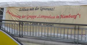 Seit dem Frühjahr lebt eine Gruppe nordafrikanischer Flüchtlinge in Hamburg. Sie kamen nach Lampedusa. Da die italienische Verwaltung keine Möglichkeit zur Unterkunft mehr sah, hat sie diese Gruppe gegen geltendes EU-Recht nach Deutschland geschickt. Mit einem Zelt vor dem HH Hbf machen die Flüchtlinge auf ihre Situation aufmerksam. Foto: J. Klute (Juli 2013)