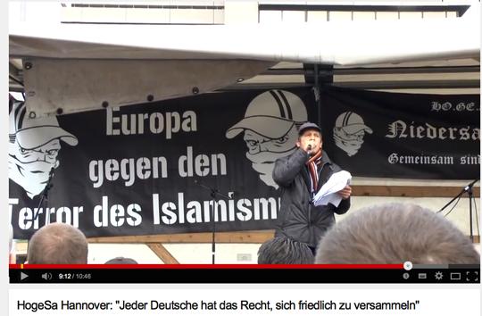 AfD-Mann Alexander Heumann als Redner bei der HoGeSa-Demo