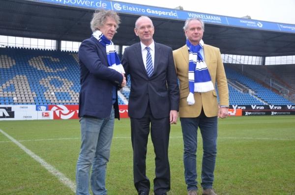 Bildunterschrift: Der neue VfL-Cheftrainer Gertjan Verbeek (links) und sein Co-Trainer Raymond Libregts (rechts) werden vom VfL-Aufsichtsratsvorsitzenden Hans-Peter Villis begrüßt. Foto: VfL Bochum 1848