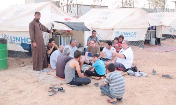Tobias Huch (Mitte) beim Besuch eines kurdischen Flüchtlingslagers