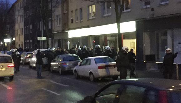 Neonazis im Polizeikesse an der Leopoldstraße
