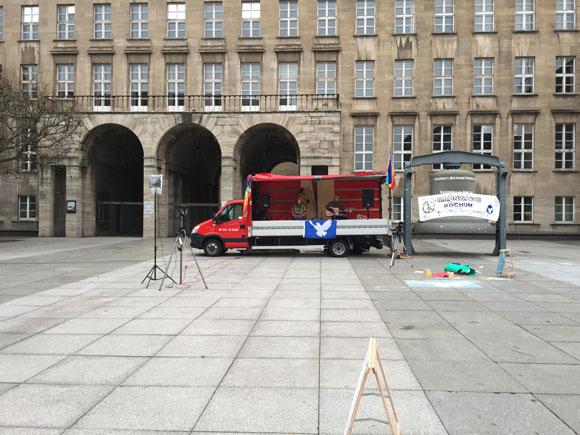 Bochum, 14.40 Uhr. Die Friedensbewegung gönnt sich ein Knoppers und macht eine Pause