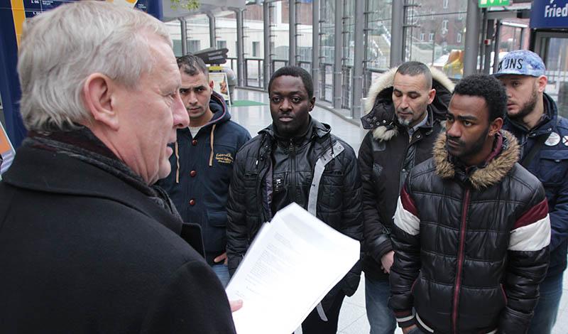 Stadtdirektor Stüdemann nimmt den offenen Brief der Flüchtlinge entgegen. Foto: Felix Huesmann