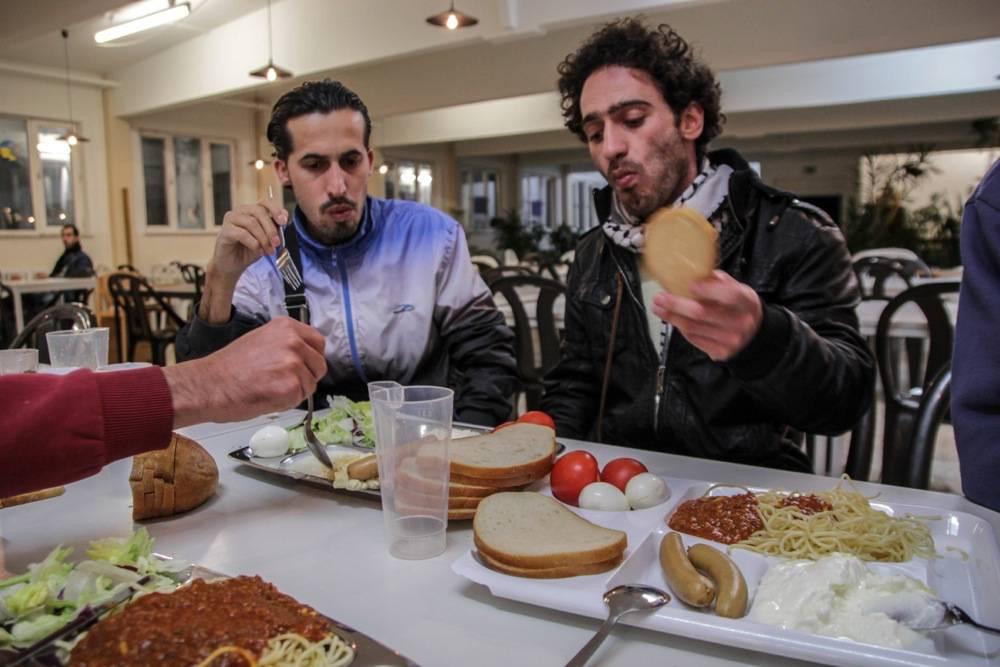 Ein vergleichsweise üppiges Essen. Selber kochen können Tamim und die anderen Flüchtlinge in der Einrichtung nicht. Foto: Felix Huesmann