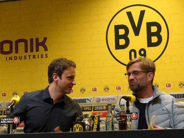 Trainer Jürgen Klopp und BVB-Mediendirektor Sascha Fligge schauen optimistisch auf die Rückrunde. Foto: Robin Patzwaldt