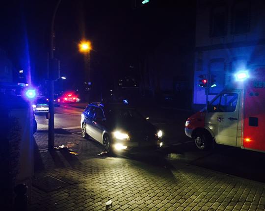 Polizeieinsatzkräfte und Rettungsdienst vor der Evinger Kirche